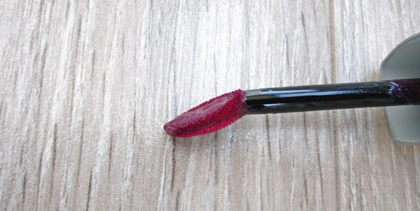 lip gloss L'oreal Caresse Glam Shine Stain Splash in Milady review beautyholics.co brush close up
