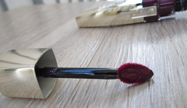 lip gloss L'oreal Caresse Glam Shine Stain Splash in Milady review beautyholics.co brush